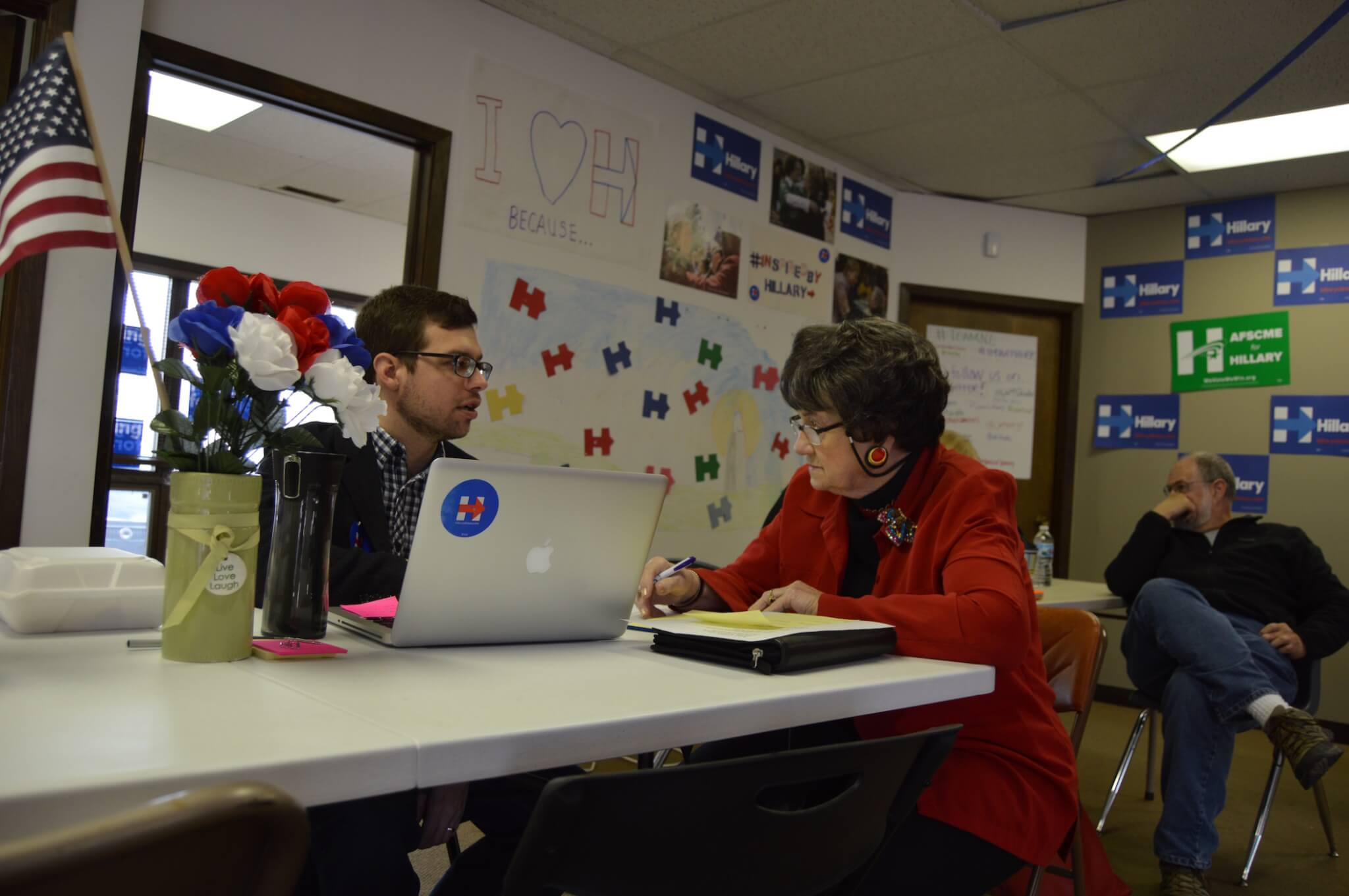 Clinton staff talks with a volunteer in Omaha