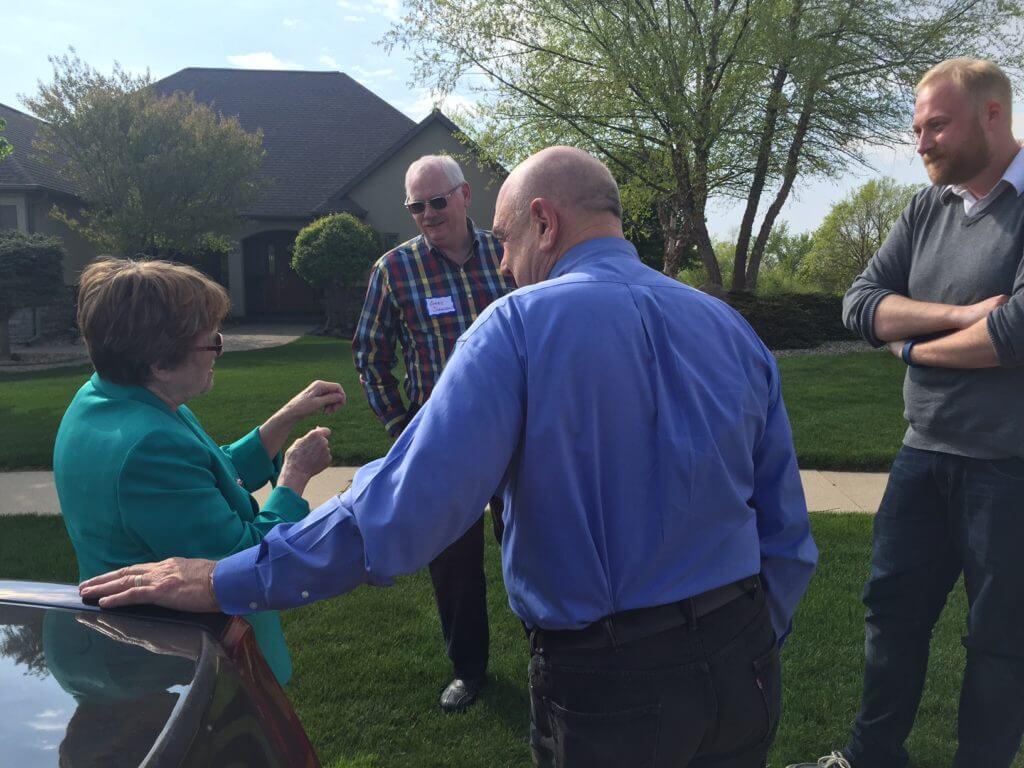Judge huddles with activists in Mason City